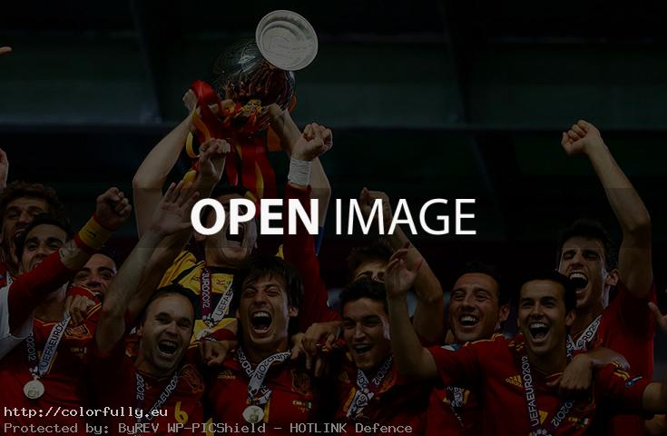 Spain Winners Euro 2012 – Casillas raise the Cup